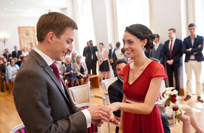Les mariés échangent les alliances.lors d'une cérémonie civile à la mairie du Mans