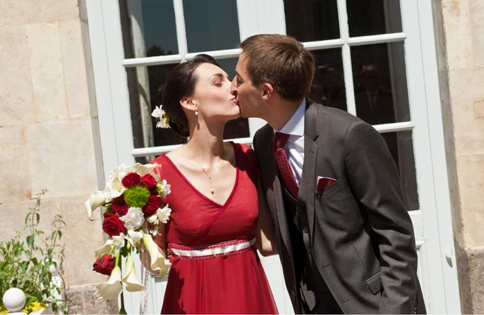 jeune mariés qui s'embrassent à la sortie de la cérémonie civile