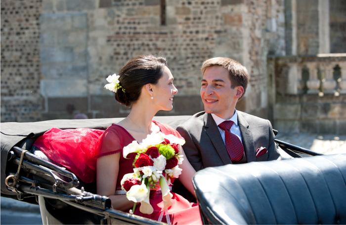 Les mariés sont transportés dans un Ford T