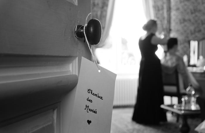 séance de coiffure dans l'une des chambre du chateau avant le depart des mariés pour la cérémonie civile.