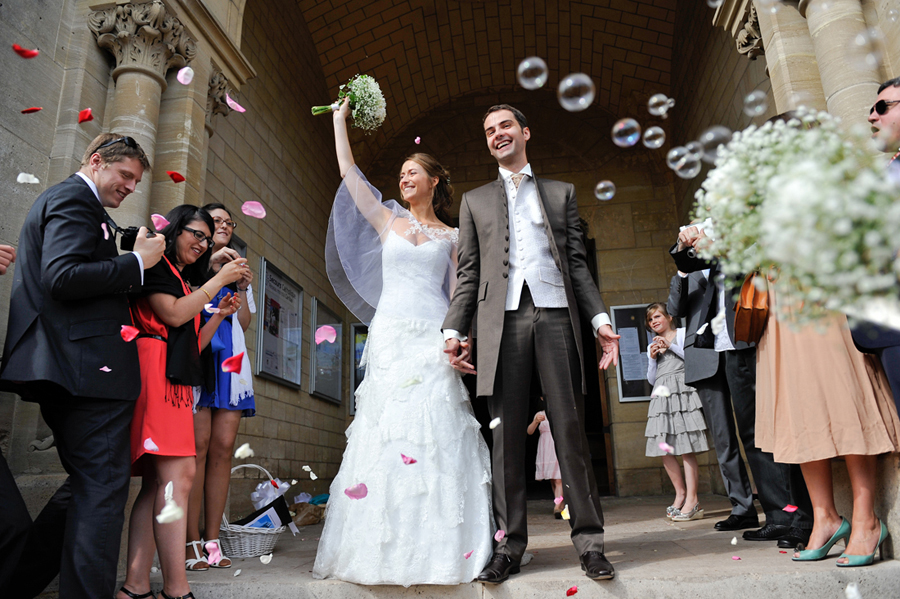 jeunes maries sortant de l eglise apres la ceremonie religieuse à chatou - photo reaise par le photographe de mariage sacha heron - jour-j-photographie.