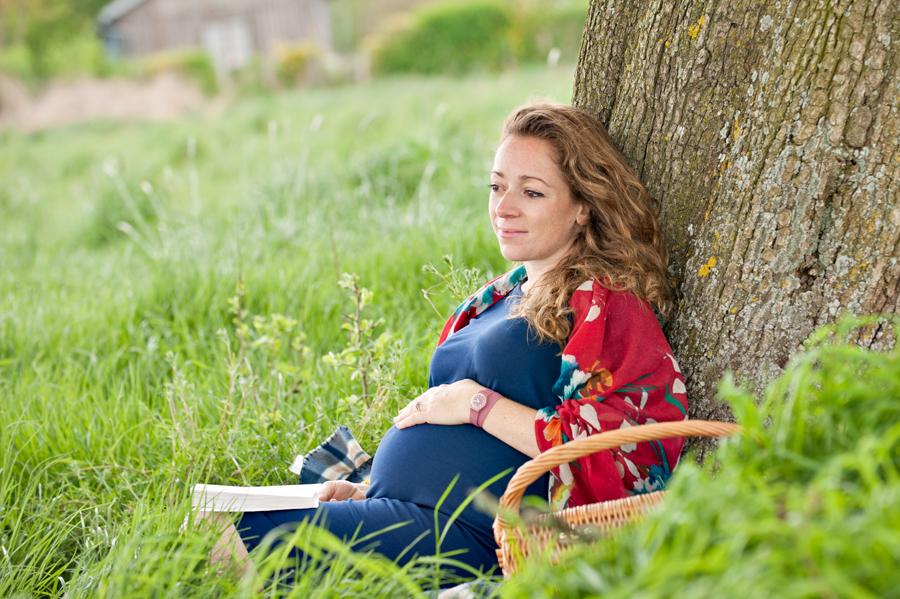 seance photo grossesse en extérieur. la future maman pose sous un arbre pour le photographe sacha heron - jour-j-photographie