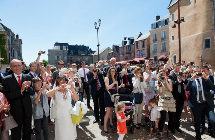 Les mariés se préparent à sortir da la mairie.