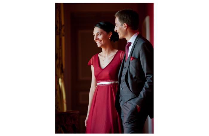 Portraits de jeune mariés en couleur lors d'une séance de photo de couples au chateau Freslonniere