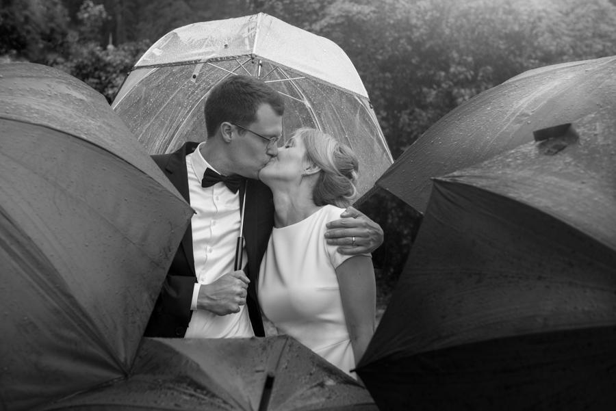 jour-j-photographie-sacha-heron-photographe-mariage-sous-la-pluie-chateau-vallery