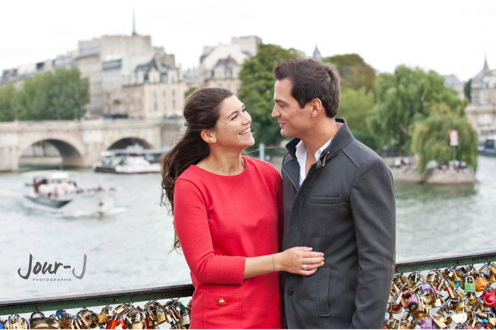 seance photo d' amoureux sur le ponts des arts à Paris.
